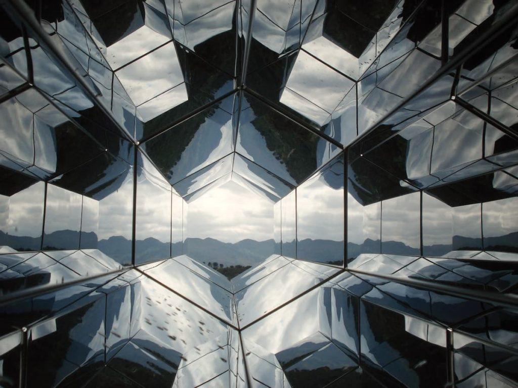万華鏡のような建物
