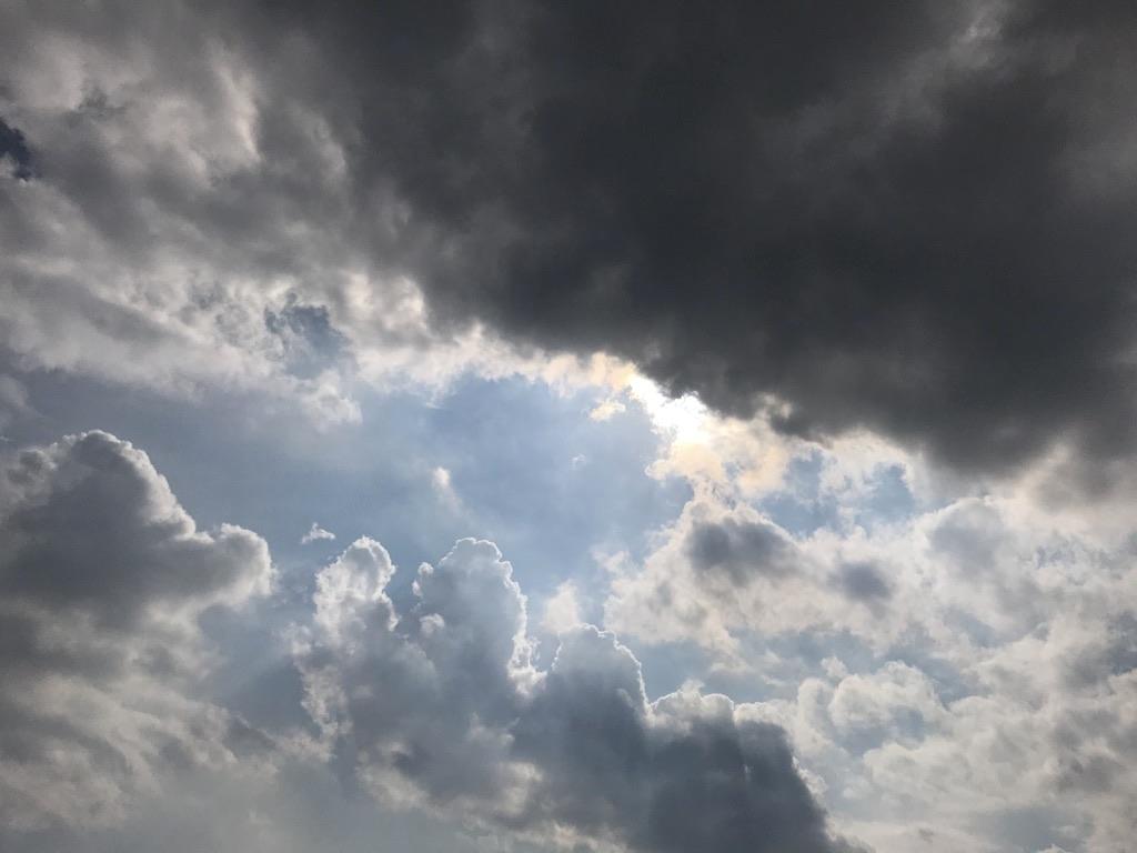 雲間に覗くほんの少しの太陽